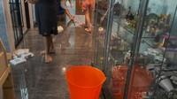 <p>Tanpa terduga, ternyata ada beberapa titik rumah yang baru mengalami bocor, Bunda. Nisya sampai menyiapkan ember untuk menampung air yang menetes, nih. (Foto: YouTube NisNaz Channel)</p>