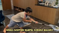 <p>Putra Nisya, Areeq, sampai membantu mengepel lantai yang terkena tetesan air hujan, lho. Rajin banget ya, Bunda. (Foto: YouTube NisNaz Channel)</p>