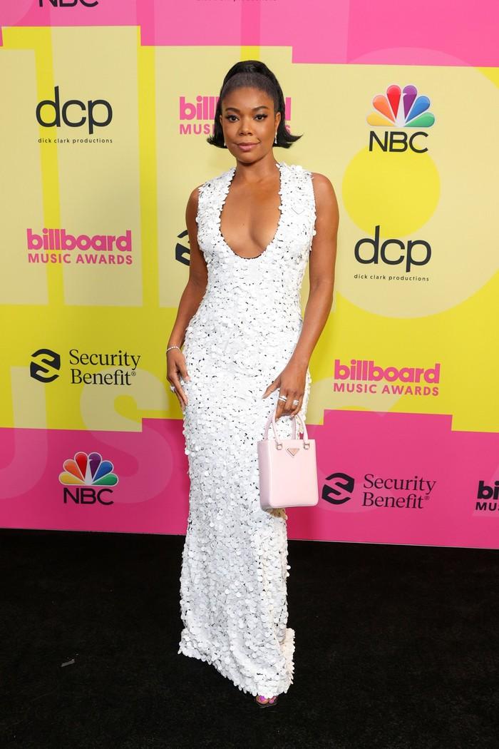 Sebagai presenter dari Billboard Music Awards 2021, Gabrielle Union terlihat simpel nan elegan dengan gaun putih dari Prada. (foto: famousvips)