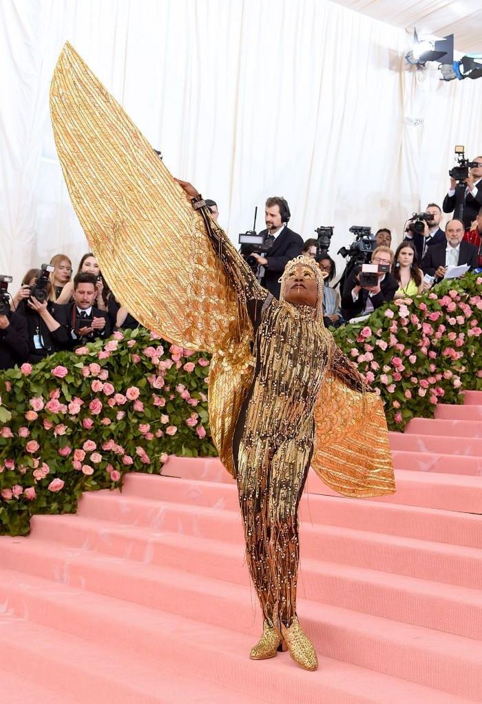 Tentu saja kita tidak bisa melupakan kostum ikoniknya di MET Gala tahun 2019 yang spektakuler dengan sayap emasnya itu. Foto: harpersbazaar.com