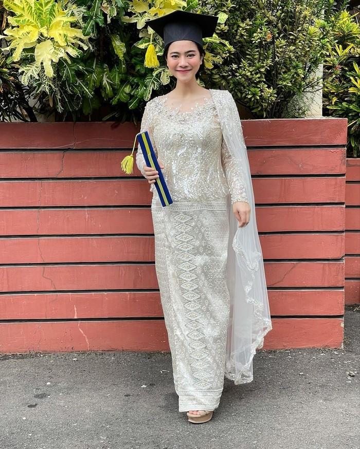 Walaupun sedang hamil, Felicya tetap bisa tampil elegant dan kece dalam balutan kebaya bernuansa putih dengan dekorasi payet yang membuatnya terlihat lebih mewah. (Foto: instagram.com/felicyangelista_)