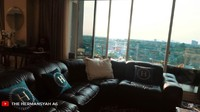 <p>Anang dan Ashanty akhirnya menempati apartemen mewah yang sudah lama mereka beli nih, Bunda. Ashanty bahkan memiliki sofa hitam besar di ruang keluarganya. (Foto: YouTube The Hermansyah A6)</p>