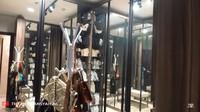 <p>Ashanty menyiapkan ruang tersendiri untuk menyimpan koleksi tasnya nih, Bunda. Ashanty menyebutnya ruang wardrobe. (Foto: YouTube The Hermansyah A6)</p>
