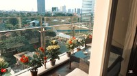<p>Apartemen Ashanty memiliki dua balkon yang memperlihatkan pemandangan kota Jakarta. Pada balkon pertama, ruangan dipenuhi dengan tanaman hias bunga dan juga kursi santai. (Foto: YouTube The Hermansyah A6)</p>