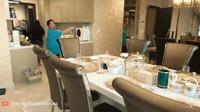 <p>Meja makan di apartemen Ashanty saling berhadapan dengan dapur, Bunda. Meja makan juga dipenuhi dengan banyak kursi dan peralatan mahal yang terlihat elegan. (Foto: YouTube The Hermansyah A6)</p>