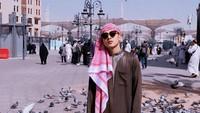 <p>Dengan balutan outfit galabiyya dalam foto di Kota Madinah ini, YouTuber Defano Charies terlihat makin menawan. Bagaimana menurut Bunda? (Foto: Instagram @defanocharies)</p>