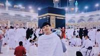 <p>Lewat akun Instagram pribadinya,Defano Charies juga membagikan momen saat dirinya menjalankan ibadah umrah di Tanah Suci Mekah, Arab Saudi. (Foto: Instagram @defanocharies)</p>