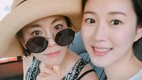 <p>Ibunda Lee Da In, Kyeon Mi Ri dikenal sering memerankan karakter antagonis pada masanya. Hampir berkepala 6, sang Bunda masih terlihat cantik bak kakak adik ketika berpose dengan Lee Da In. (Foto: Instagram: @swag_miri)</p>