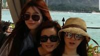<p>Ibunda Lee Da In kerap membagikan momen kebersamaan dengan kedua putrinya di Instagram. Mereka sangat dekat dan terlihat harmonis, Bunda. (Foto: Instagram: @swag_miri)</p>