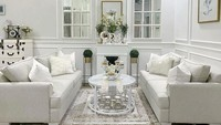 <p>Bagian ruang tamu diisi dengan sofa putih keabu-abu-an lengkap dengan bantal berbulu warna senada nih, Bunda. Natalie Sarah juga menghiasi dinding dengan lukisan putih, lho. (Foto: Instagram: @natalie_sarahs)</p>