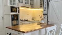 <p>Tak hanya ruang tamu, bagian dapur juga didominasi dengan warna putih, lho. Kelihatan minimalis dan rapi ya, Bunda. (Foto: Instagram: @natalie_sarahs)</p>