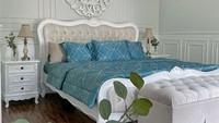 <p>Enggak kalah mewah dan elegan, kamar tidur Natalie juga didominasi dengan warna netral nih, Bunda. Ia juga menambahkan lampu tidur klasik bergaya Amerika. (Foto: Instagram: @natalie_sarahs)</p>