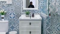 <p>Inilah penampakan kamar mandi rumah mewah Natalie Sarah, Bunda. Tetap bernuansa putih, dengan dinding yang berhiaskan ubin motif klasik. (Foto: Instagram: @natalie_sarahs)</p>
