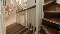 <p>Ini area tangga rumah mewah Natalie, Bunda. Tampak klasik dengan warna ubin yang coklat seperti kayu, ya. Mirip rumah di film-film Hollywood, nih. (Foto: Instagram: @natalie_sarahs)</p>