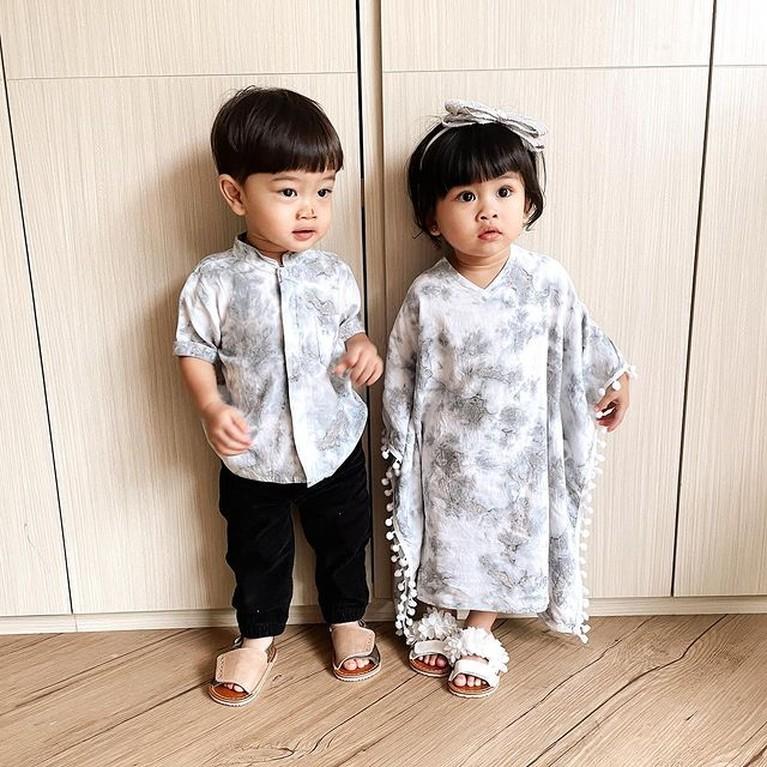 Anak kembar Syahnaz Sadiqah dan Jeje memang menggemaskan apalagi saat memakai baju samaan. Yuk kita intip!