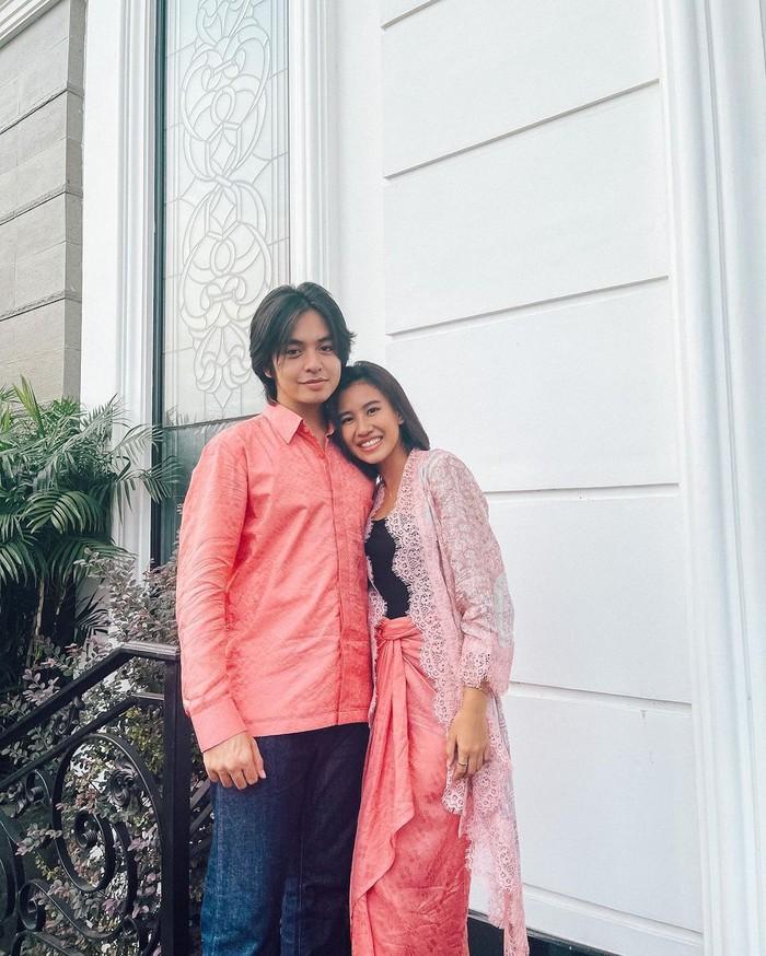 Angga dan Shenina nampak begitu serasi dengan pakaian senada di hari lebaran kemarin. Di hari lebaran kemarin pulalah keduanya kompak mengunggah foto bersama di akun Instagram mereka. (Foto: Instagram.com/anggayunandareal16)
