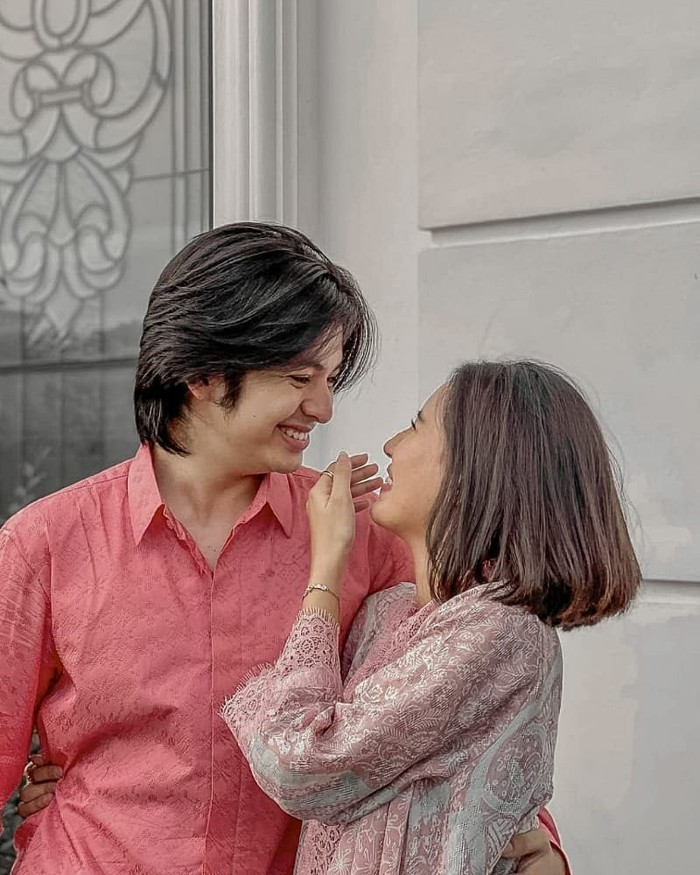 Diketahui Angga dan Shenina awalnya bekerja bersama di sebuah proyek. Tak disangka-sangka mereka pun akhirnya melanjutkan hubungan spesial mereka di dunia nyata. (Foto:Instagram.com/support.shenangga)