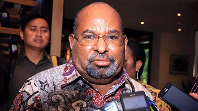 Gubernur Papua Lukas Enembe mencopot Dance Yulian Flassy dari jabatan Sekda dengan alasan telah memasuki masa pensiun.