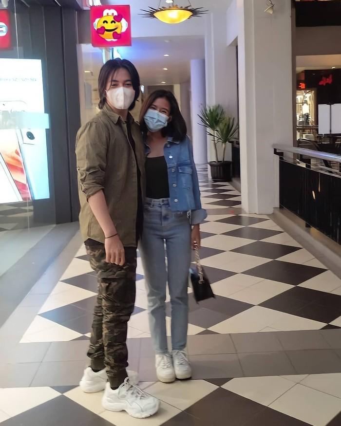 Kini Angga dan Shenina sudah tidak ragu-ragu lagi menunjukkan momen romantis kebersamaan mereka di hadapan publik.(Foto:Instagram.com/support.shenangga)