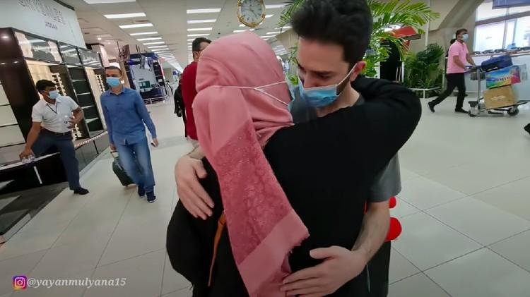 Pria tampan Arab nangis ditinggal TKW pulang ke Indonesia