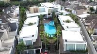 <p>Dari atas, rumah mewah milik pasangan crazy rich Malang ini terlihat seperti barisan vila, Bunda. (Foto: YouTube: Boy William)</p>