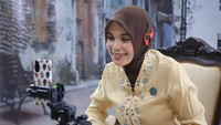 <p>Sebagai istri salah satu pejabat negara, Siti Atikoh disibukkan dengan berbagai kegiatan. Selama pendemi COVID-19,ia lebih banyak mengisi acara secara virtual. (Foto: Instagram @atikoh.s)</p>