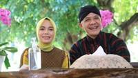 <p>Dibalik kesuksesan Ganjar Pranowo sebagai Gubernur Jawa Tengah, ada Siti Atikoh Supriyanti sebagai istri yang setia mendampingi lho, Bunda.(Foto: Instagram @atikoh.s)</p>