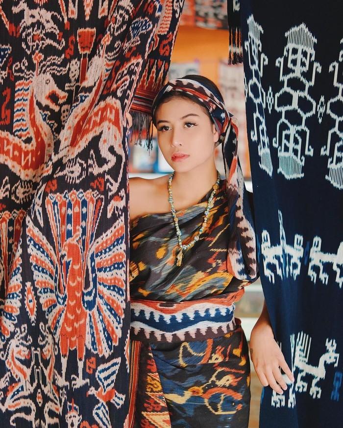 Wanita berusia 23 tahun ini memang acapkali terlibat dalam berbagai kontroversi. Meski begitu Awkarin memiliki jiwa sosial yang tinggi dan sering membantu dalam berbagai aksi kemanusiaan. (Foto: instagram.com/awkarin)