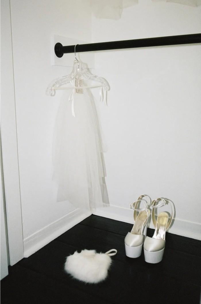 Ariana semakin menawan dengan hand-pleated bubble veil sebahu dan high heels platform dari Giuseppe Zanotti. (Foto: vogue.com/Stefan Kohli)