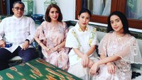 <p>Dari pernikahan tersebut, Dede Yusuf dan Sendy Ramania Wurandani dikaruniai dua putri cantik yang sudah beranjak dewasa. Mereka adalah Kaneishia Lathifa Zahra dan Alifiya Arkana Paramita. (Foto: Instagram: @sendyyusuf)</p>