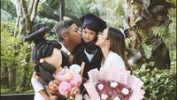 <p>Pasangan yang pernah menikah selama enam tahun itu membanjiri putri semata wayang mereka dengan cinta. Gading dan Gisella datang membawa balon dan buket bunga raksasa. Mereka juga mencium pipi Gempita ketika foto di hari kelulusannya. (Foto: Instagram: @gisel_la)</p>