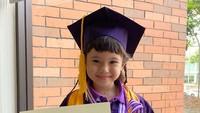 <p>Putri Gading Marten dan Gisella Anastasia, Gempita telah menamatkan pendidikannya di Taman Kanak-kanak (TK). Putri berusia 6 tahun itu mendapat penghargaan Excellence, Bunda. (Foto: Instagram: @gisel_la)</p>