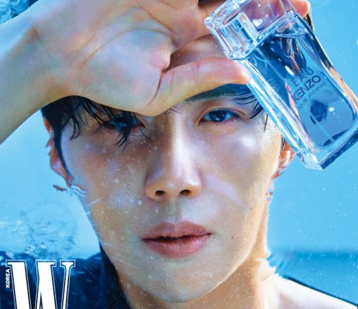Kim Seon Ho terkenal punya sorot mata yang mematikan. Seperti di foto ini, sambil memegang parfum berbotol kaca, ia menatap lurus ke arah kamera. Siapa yang tidak tersihir dengan tatapan lembut Kim Seon Ho? / foto: instagram.com/wkorea.com