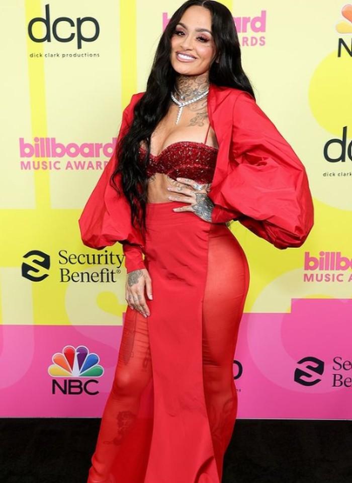 Kehlani tampil stunningdanmencuri perhatian dengan menggunakan gaun merah berlengan puffy. Gaun tersebut dirancang oleh Tony Ward. Foto: instagram.com/billboard