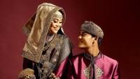 <p>Rizky Billar dan Lesty Kejora tampak semakin mesra menjelang hari pernikahan mereka. Lihat saja ketika mereka berpose sambil saling menatap. Romantis, Bunda. (Foto: Instagram: @aldiphoto)</p>