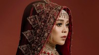 <p>Menjelang pernikahan, Lesty Kejora tampil menawan dalam sesi foto pre-wedding. Ia mengenakan hijab khas Minangkabau yang membuatnya tampak anggun dan memesona. (Foto: Instagram: @aldiphoto)</p>