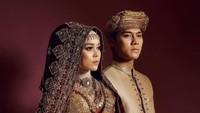 <p>Konsep foto dengan adat Minangkabau dipilih oleh pasangan Rizky Billar dan Lesty Kejora. Mereka tampil serasi dalam balutan baju adat bernuansa keemasan. (Foto: Instagram: @aldiphoto)</p>