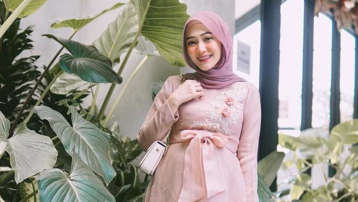 5 Ide Outfit Hijab Simpel dan Kekinian untuk Ibu Hamil Agar Tetap Stylish