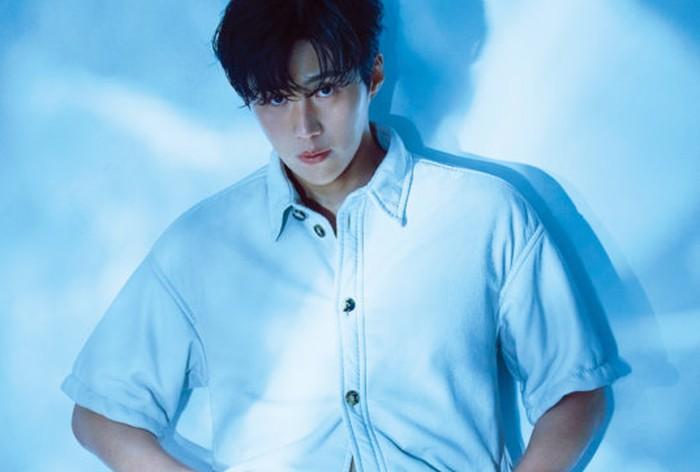 Kenzo meluncurkan seri terbaru dari parfum Ro Kenzo Pour Homme. Menyesuaikan dengan konsep parfum ini, Kim Seon Ho mengenakan kemeja putih dengan efek lighting warna kebiruan. Gimana? jadi kelihatan makin adem banget, ya? / foto: wkorea.com