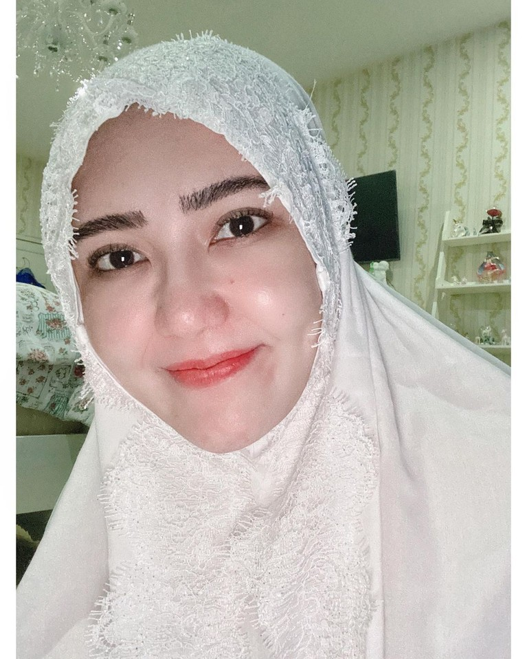 Unggahan Via Vallen mengenakan hijab banjir pujian karena manglingi. Yuk kita lihat bagaimana penampilannya!