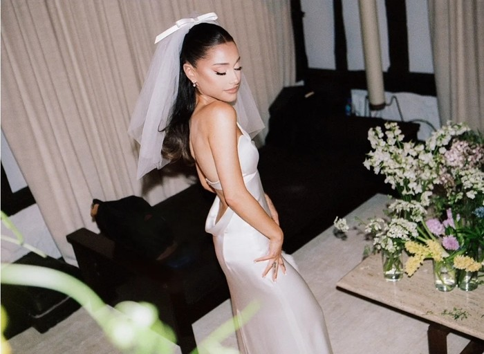 Pernikahan ini dilangsungkan di kediaman Ariana Grande di Montecito, California dan hanya dihadiri sekitar 20 orang dari keluarga dan sahabat terdekat kedua mempelai. Tampak suasana pernikahan intim yang dihadiri oleh orang-orang terdekat. (Foto: vogue.com/Stefan Kohli)