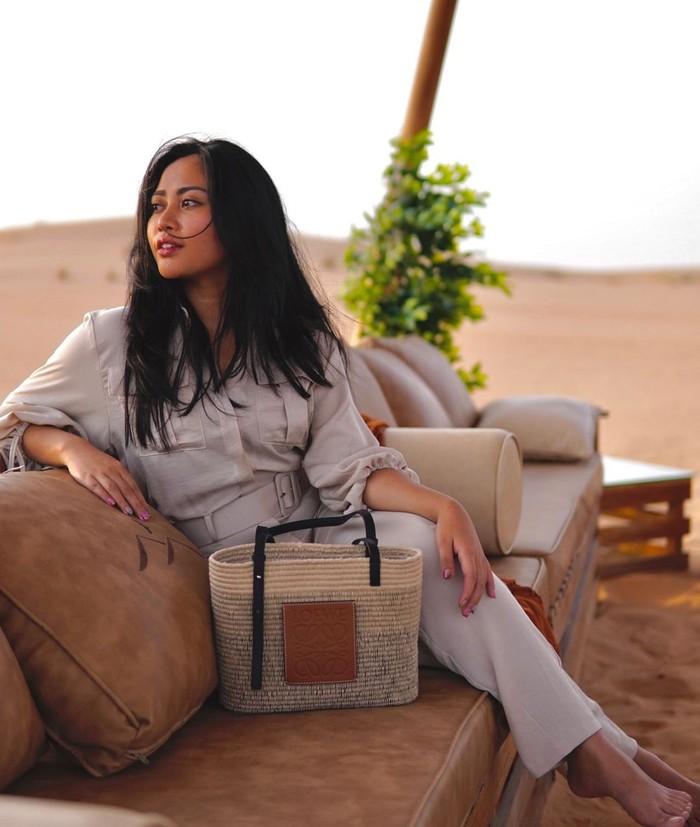 Rachel terlihat suduk santai di atas sebuah sofa sembari melihat keindahan hamparan gurun. Sambil berpose candid, ibu dua orang anak ini tampak begitu stylish dengan setelan baju yang dipakainya. (Foto: instagram.com/rachelvennya)