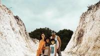 <p>Rio Febrian juga pernah mengajak Sabrina dan kedua anaknya berlibur ke kawasan Gunung Kidul. Mereka berpose di Pantai Gesing ketika menikmati suasana musim panas. (Foto: Instagram: @riofebrian25)</p>