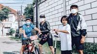 <p>Rio Febrian kerap membagikan momen bersama istri dan anak-anaknya ketika berpetualang di Yogyakarta. Mereka tak pernah lupa pergi berolahraga. (Foto: Instagram: @riofebrian25)</p>