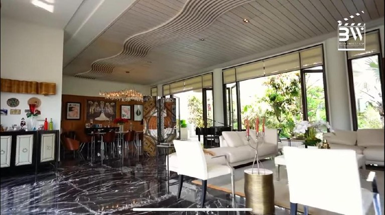 Setelah menikah Momo pindah ke Malang, ia tinggal di sebuah hunian super megah. Yuk kita intip bagaimana kemewahannya!