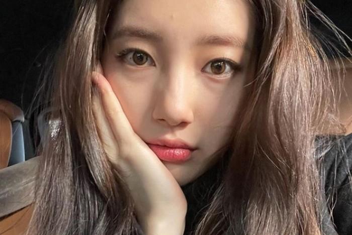 Suzy, mengikuti audisi pencarian bakat 'Super Star K'. Ketika pergi ke toilet, salah seorang staff dari JYP Entertainment menghampirinya dan menawarkan Suzy untuk casting. Hmm, sepertinya banyak artis yang lahir ketika di toilet, nih! / foto: instagram.com/skuukzky