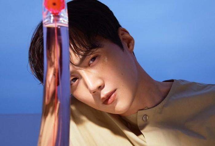 Foto dengan cahaya matahari memang sedang tren, karena membuat objek jadi lebih estetik. Sepertinya Kim Seon Ho tidak mau ketinggalan tren. Lihat, dengan pantulan sinar alami matahari langsung, wajah Kim Seon Ho makin tampak elegan! / foto: wkorea.com