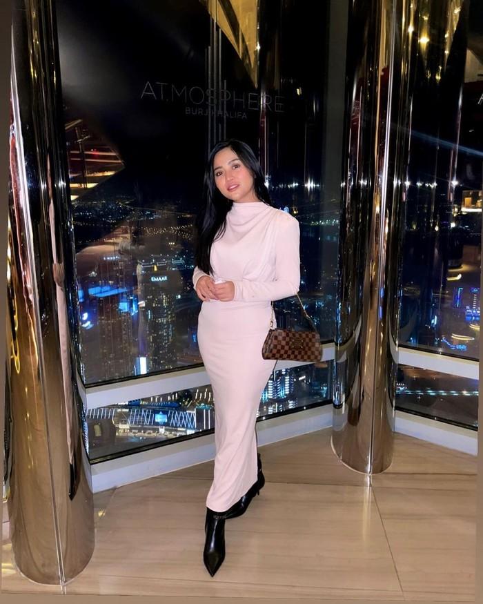 Tidak lupa, Rachel juga mengunjungi gedung tertinggi di dunia yaitu Burj Khalifa. Wanita 25 tahun ini tampak anggun dengan dress warna broken white dan leither shoes hitam. Aura cantiknya begitu terpancar. (Foto: instagram.com/rachelvennya)