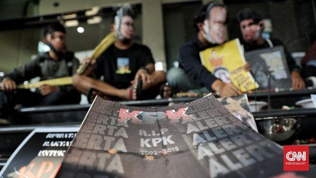 Rangkaian kisruh KPK yang terjadi hingga berujung 'pembuangan' pegawai oleh TWK diduga terkait dengan agenda politik, di mana jangka pendek adalah pemilu 2024.
