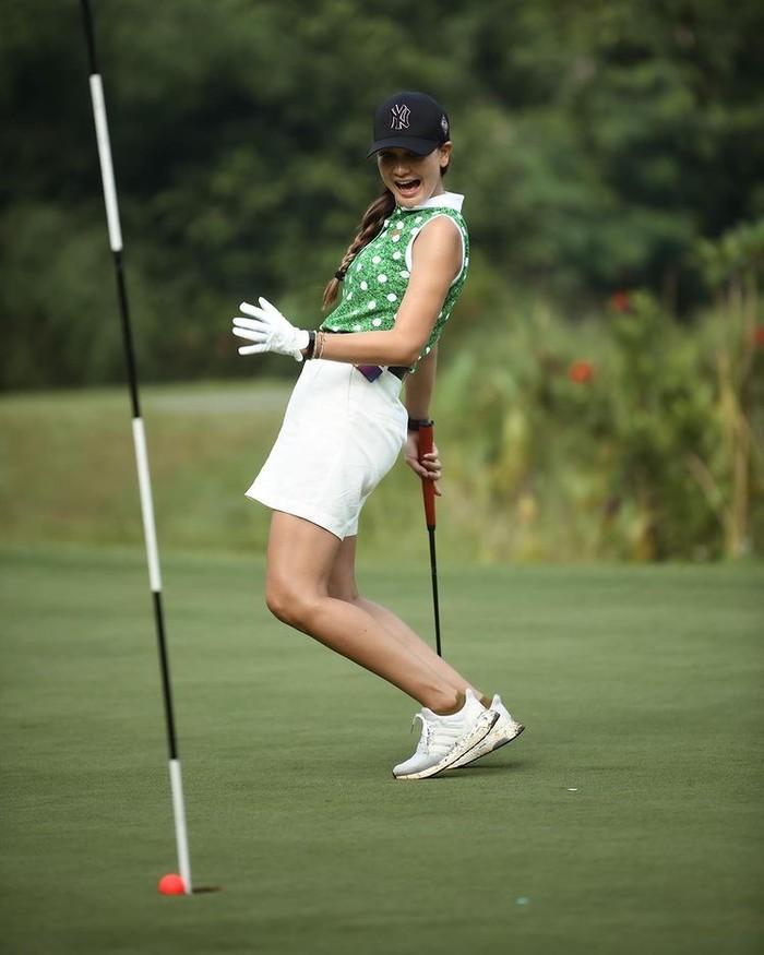 Aktris sekaligus model, Luna Maya, turut tercebur dalam tren hobi gold. Dia tampil kece dalam setiap aksi ayunan stik golf-nya. Dengan mengenakan baju nuansa hijau putih, ditambah topi untuk menutupi teriknya padang golf/Sumber/Instagram/lunamaya.